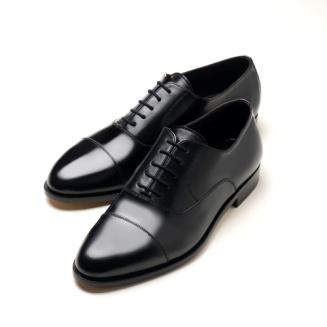 4b2c4cae727b5 La Oxford nera è considerata la scarpa da uomo in assoluto più elegante.  Può essere calzata per l ufficio abbinata a un gessato
